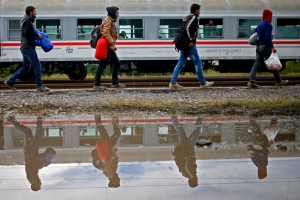 Migrants walk to board a train at the railway station in Tovarnik, Croatia September 30, 2015. REUTERS/Dado Ruvic TPX IMAGES OF THE DAY   - RTS2ERW